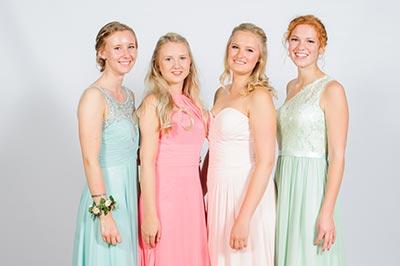 Abiballfotograf, Vier Abiturientinnen vor Fotowand