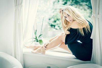 Peoplefotograf, Homeshooting, Model sitz auf Fensterbank