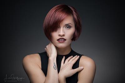 Peoplefotograf, Beautyshot im Studio, Model schaut direkt in Kamera